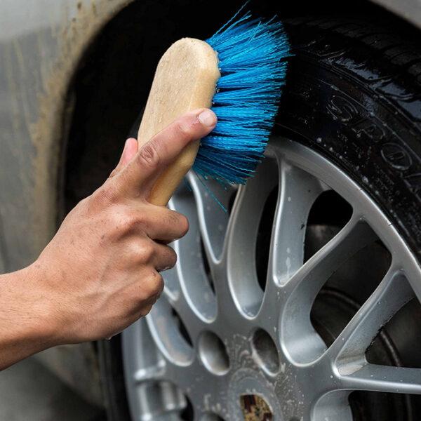 cepillo para neumáticos, llantas y pasos de rueda
